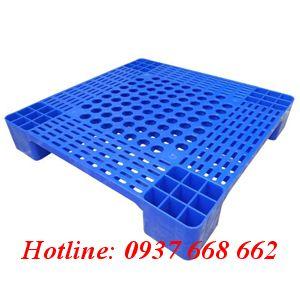 Pallet nhựa 07LS. Màu xanh dương. Kích thước: 600 x 600 x 100 mm.