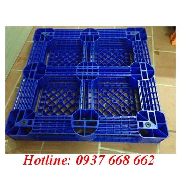 Mặt sau pallet nhựa Pl09lk. Kích thước: 1100x1100x150 mm